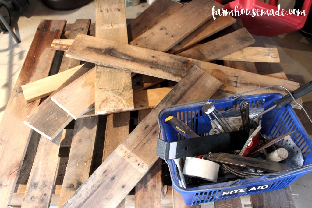 Your pallet wood pile is calling you name - make this pallet blanket ladder, it's SO EASY!
