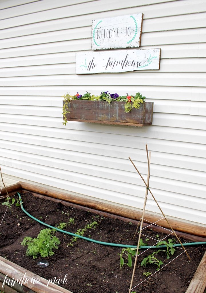 Add some farmhouse style character to your window, porch, or back yard by adding a window box - learn how to hang a window box on vinyl siding, and the window box on farmhousemade.com