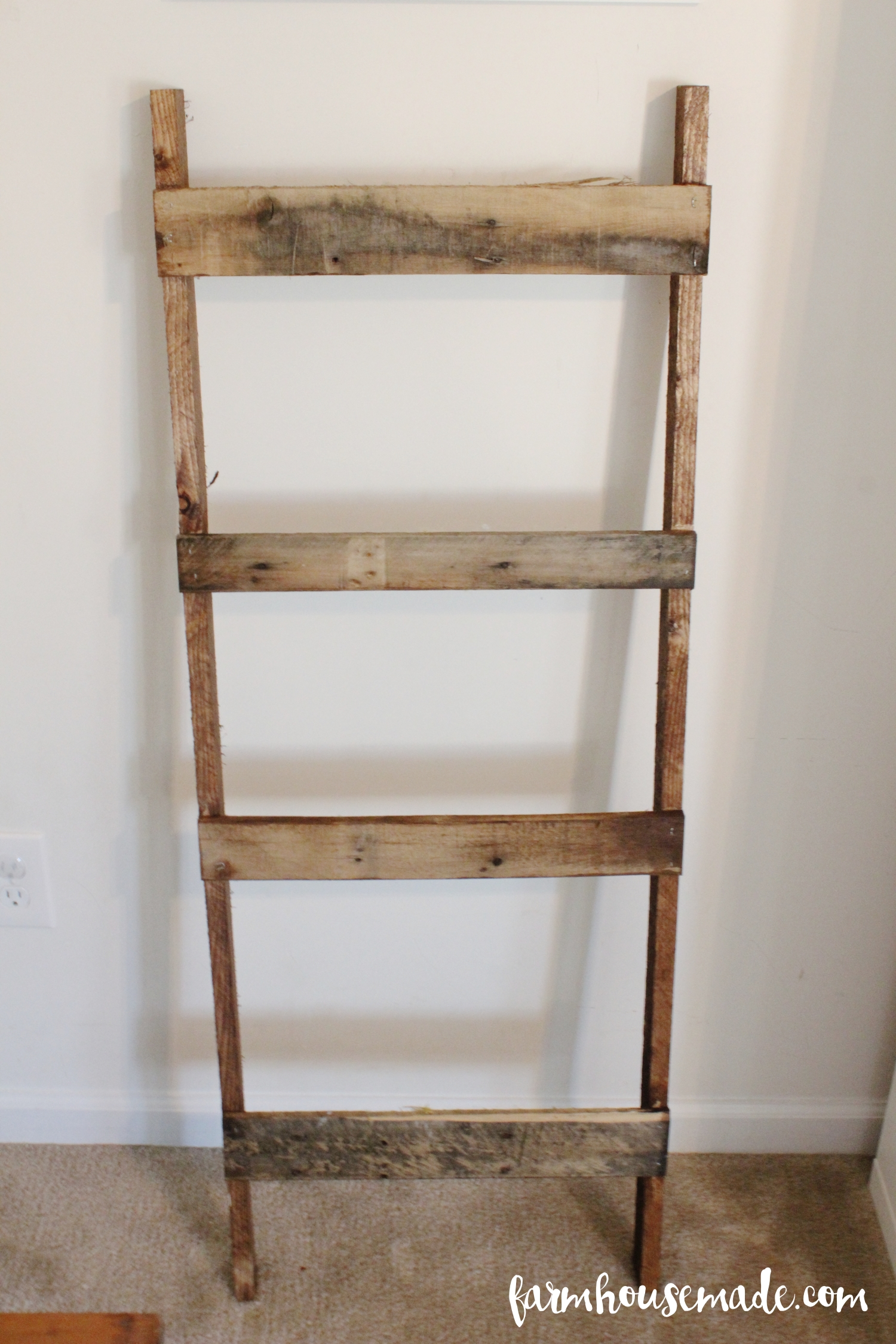 Easy pallet blanket ladder farmhouse made for Old wooden ladder projects